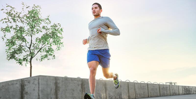 tânăr care alerga la apus