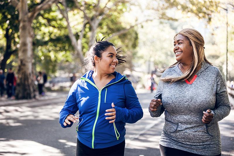 Zwei Frauen gehen im Park spazieren