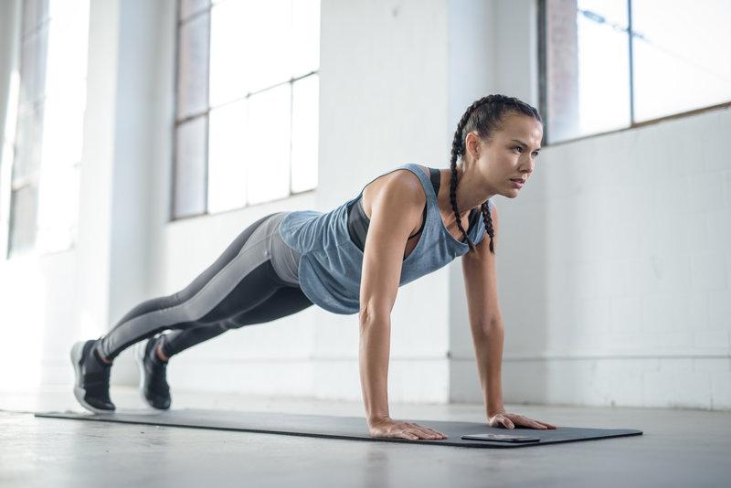 Eine Frau macht einen High Plank