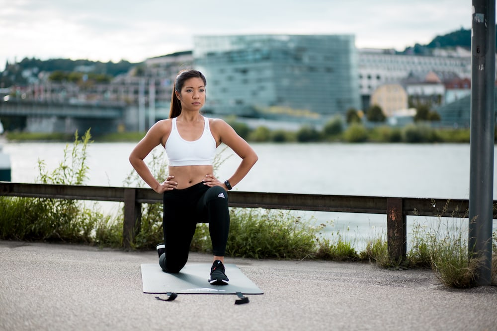 Frau macht Körpergewicht Training