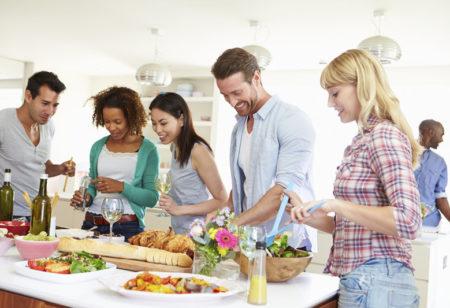 Eine Gruppe von Freunden bereitet ein essen vor.