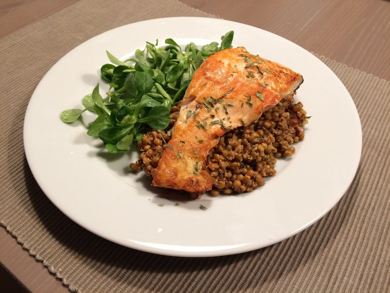 Grilled salmon with lentils and salad