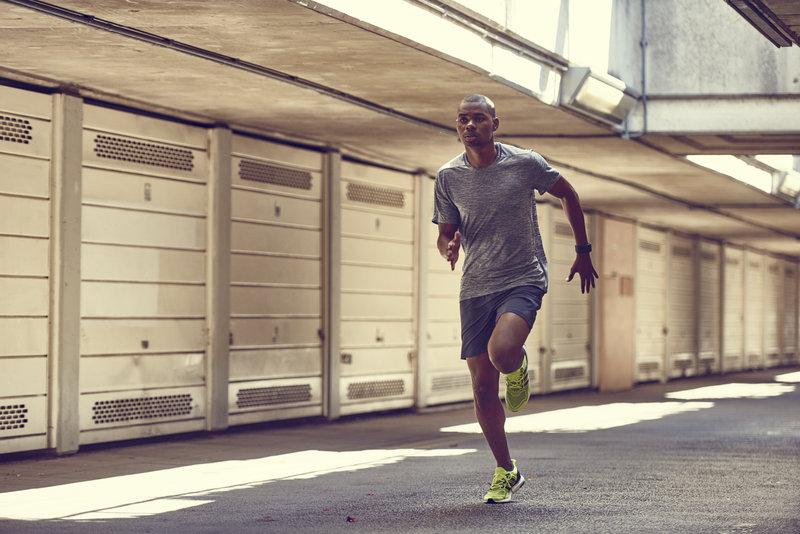 Junger Mann laeuft einen 5-km-Lauf