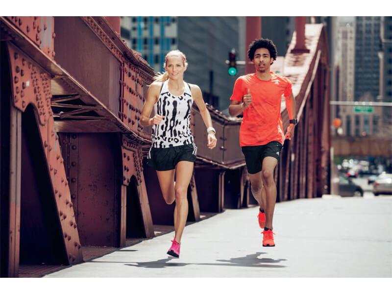 Zwei Freunde laufen einen 5-km-Lauf.