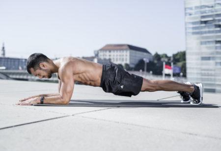 Mann macht eine Plank.