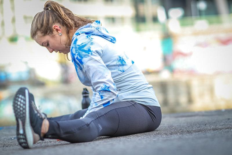 Eine Frau dehnt sich nach dem Lauf