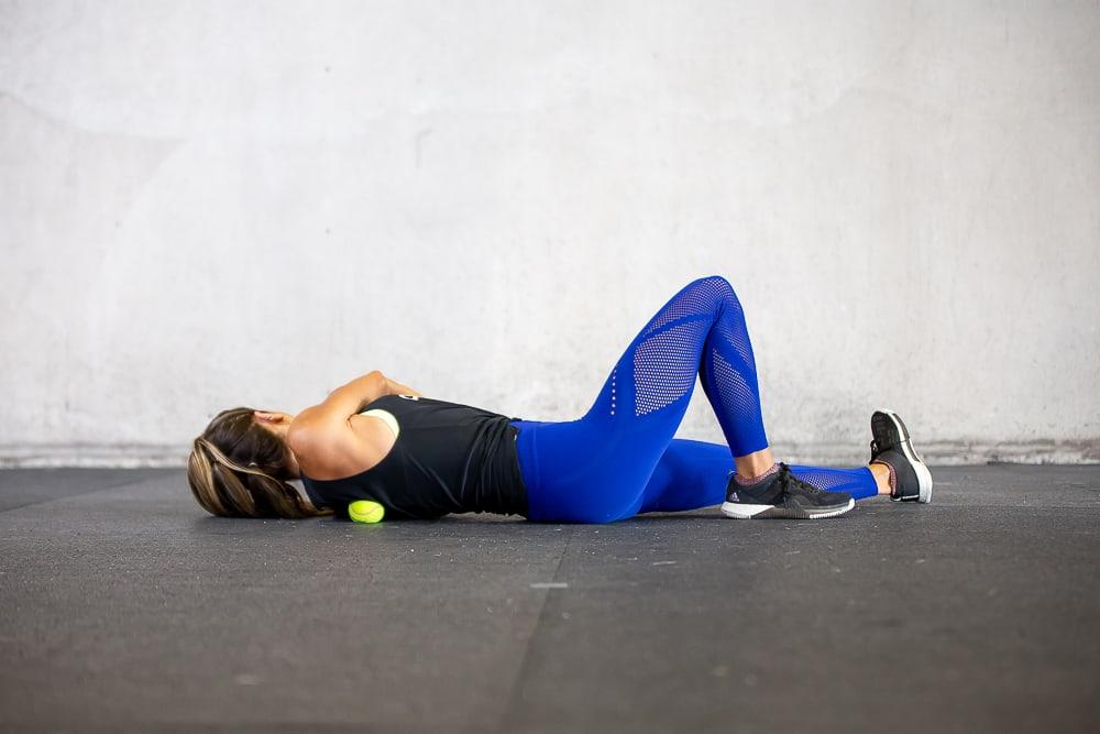 ejercicio para la espalda con rodillo de espuma