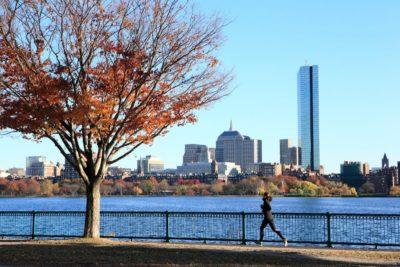 Mujer corriendo al aire libre en otoño