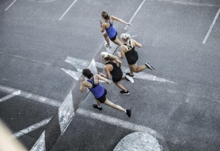 Foto von oben. Gruppe von Freundinnen beim Laufen in der Stadt.