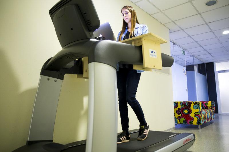 Junge Frau am Treadmill Desk