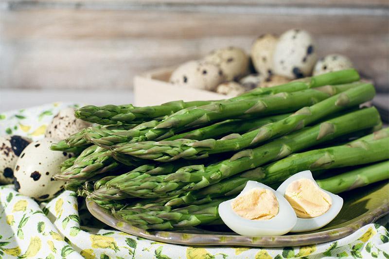 Grüner Spargel mit hartgekochten Eiern auf einem Teller