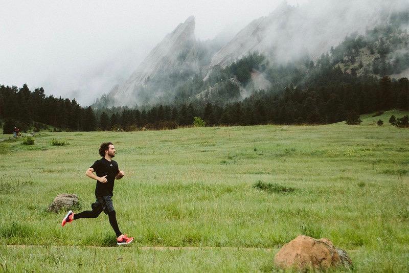 Ein Mann läuft in der Natur