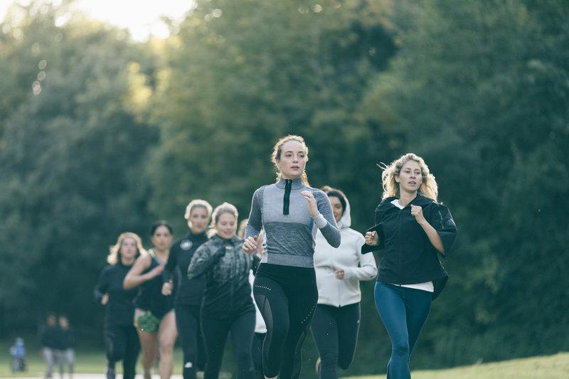 Eine Gruppe Frauen läuft ihren ersten Marathon