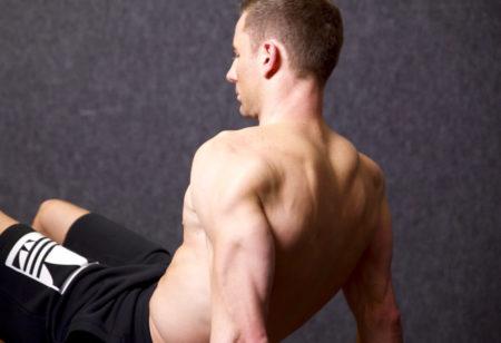 Athletischer Mann macht Trizeps Dips.