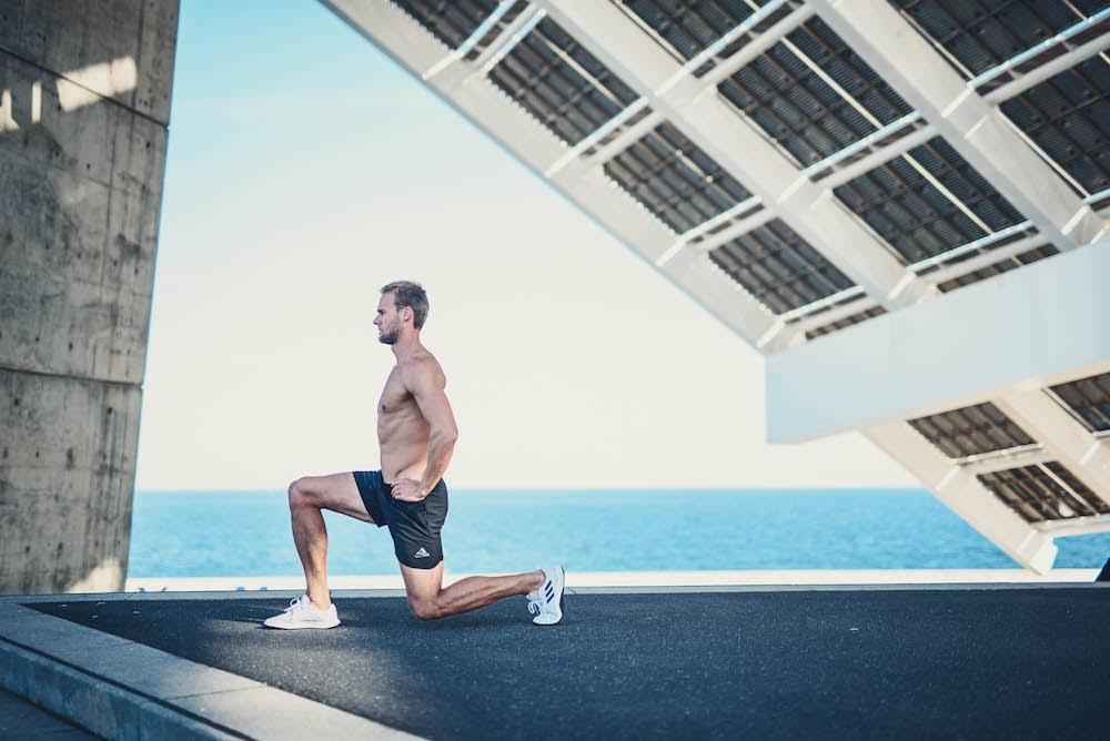 Man macht Körpergewicht training