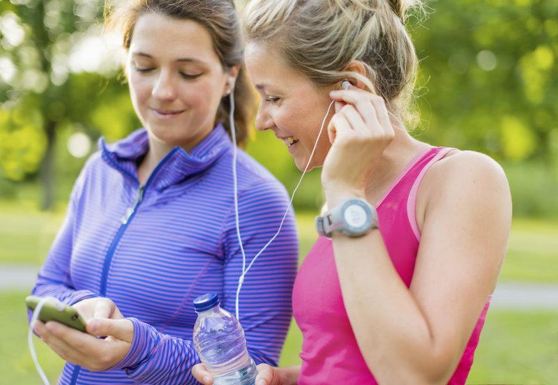 Mujeres corriendo con música