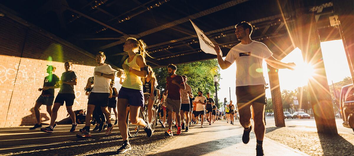 Eine Gruppe läuft einen Marathon