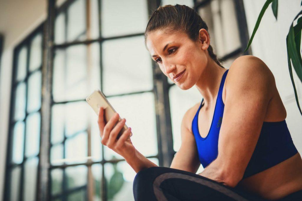 Une femme lit des conseils pour perdre du poids