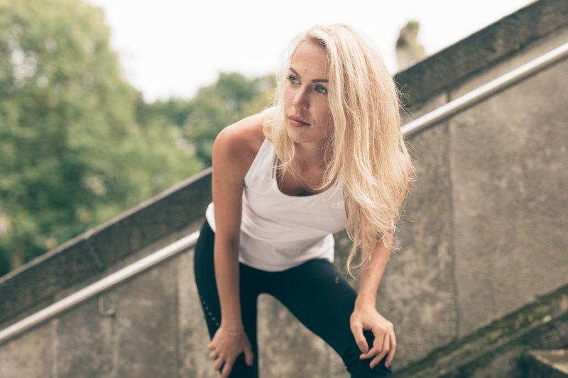 Eine Frau braucht während dem Training eine Pause