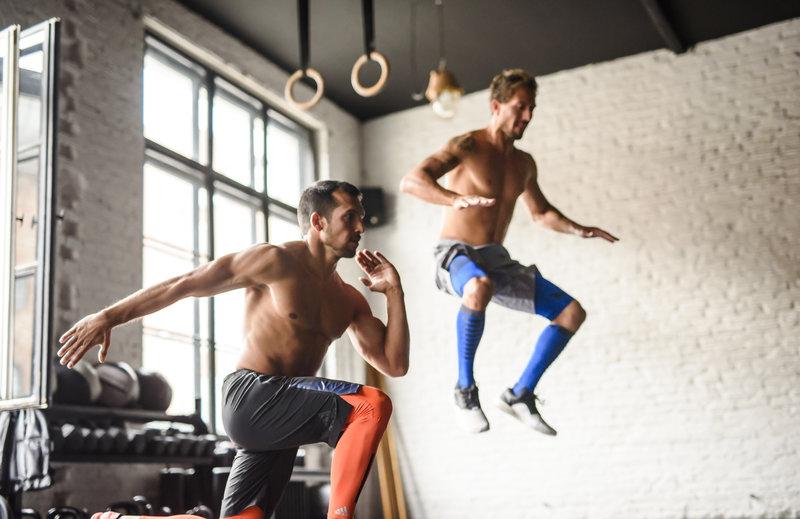 Zwei Männer machen Bodyweight-Training im Fitnessstudio