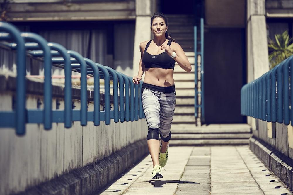 Frau läuft durch die Stadt
