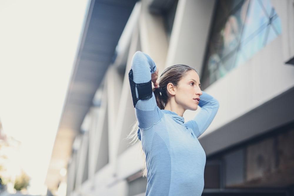 Mujer estirando antes de correr