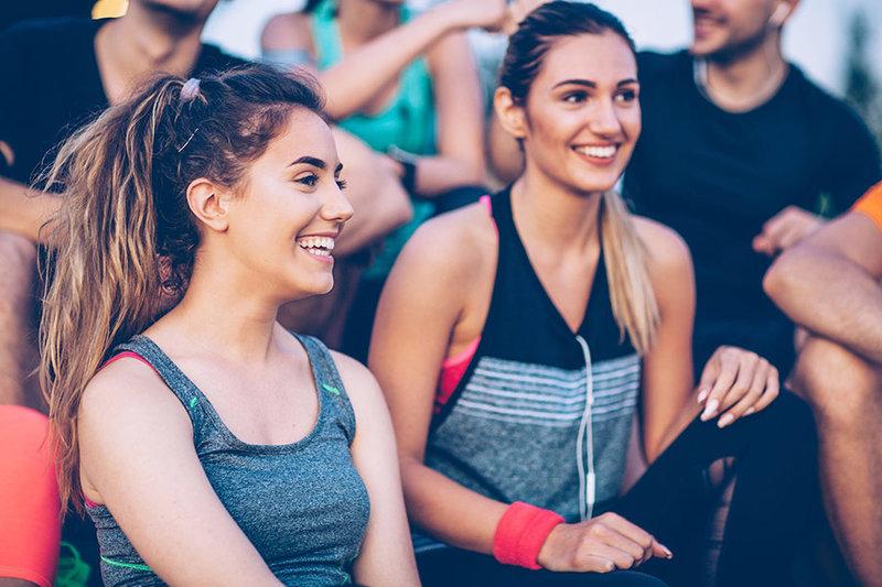 Dos chicas sonriendo después de entrenar