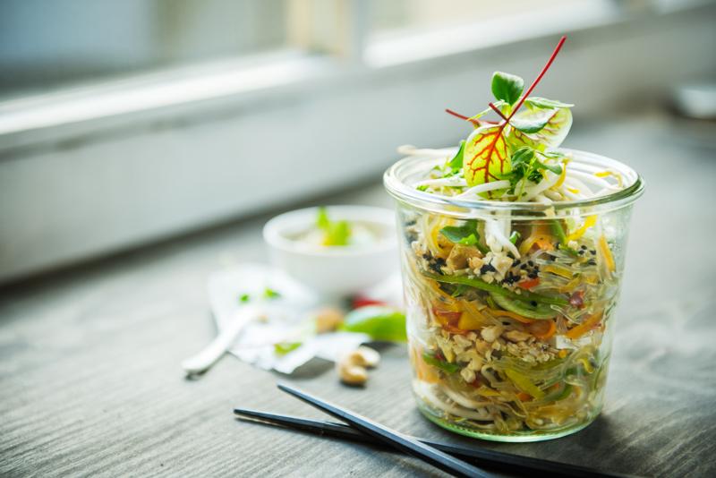 Eine Portion Quinoa Salat im Glas