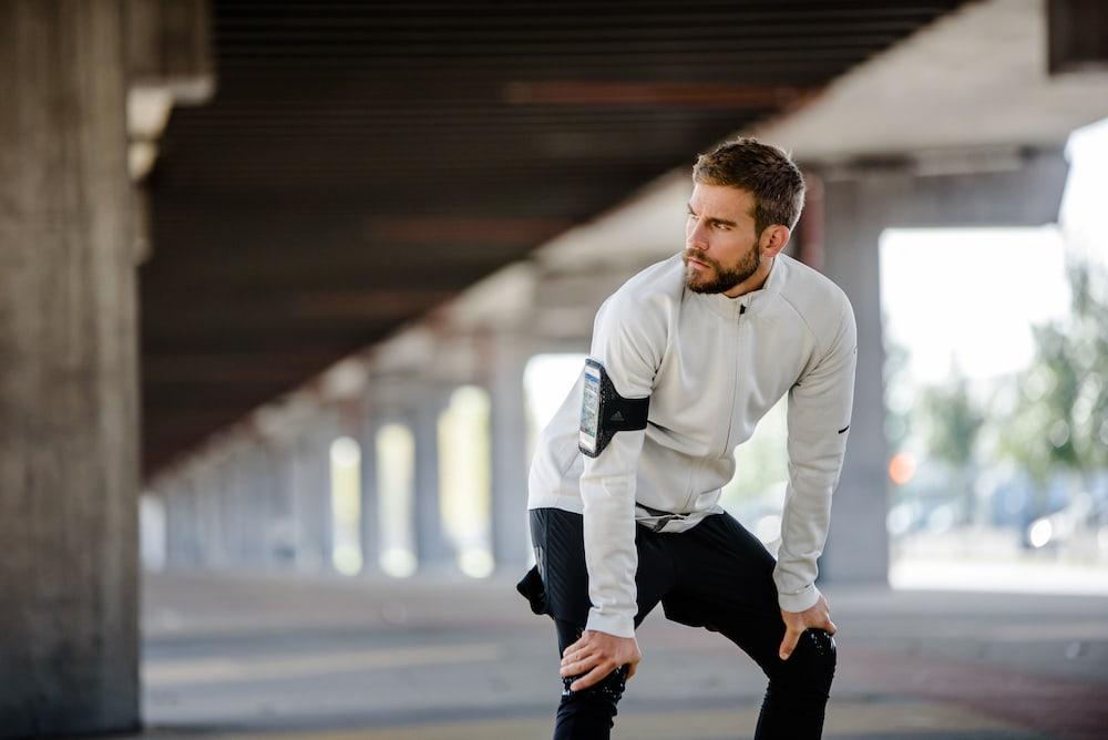 Un hombre preparándose para correr