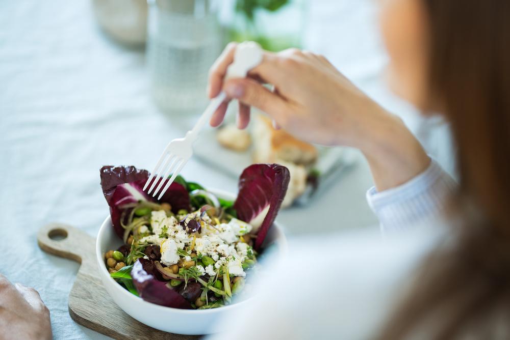 Une femme qui mange une salade