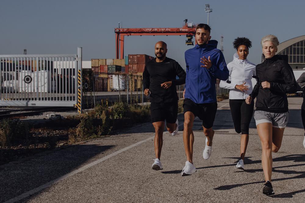 Eine Gruppe junger Menschen geht eine Runde joggen.