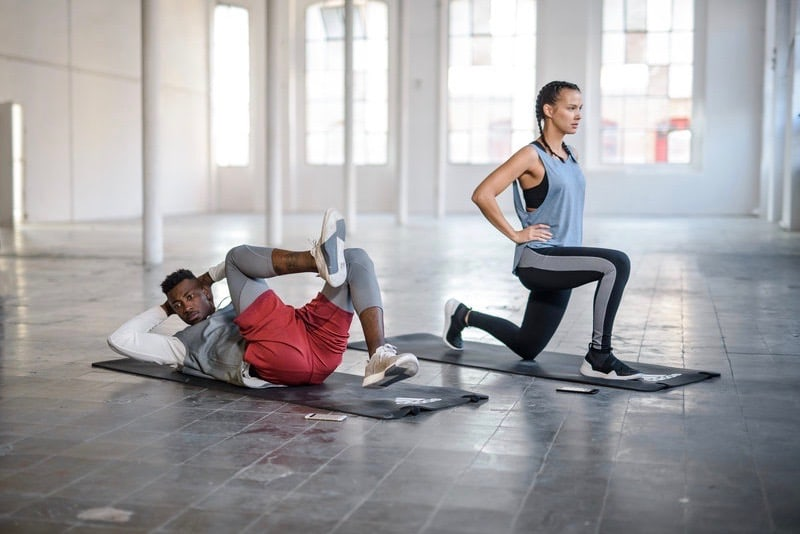 Una pareja haciendo ejercicio