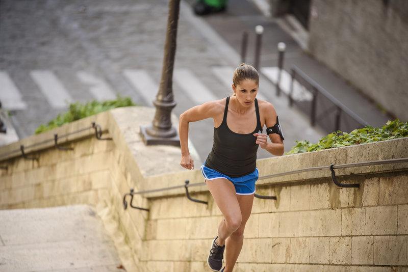 Jeune femme qui court dans les escaliers.
