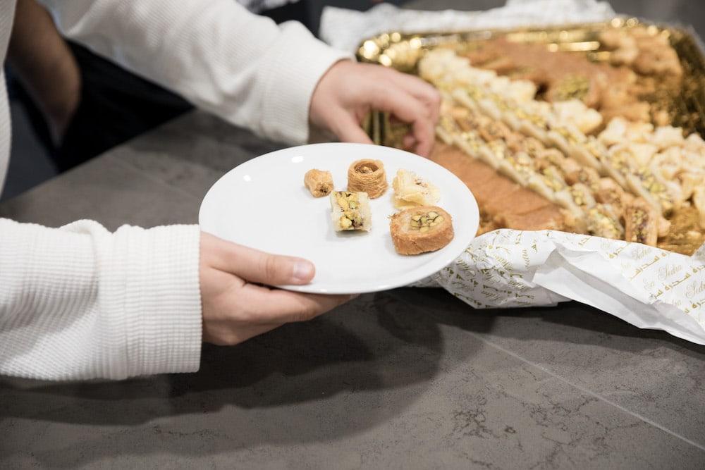 Uma pessoa pegando doces no escritório