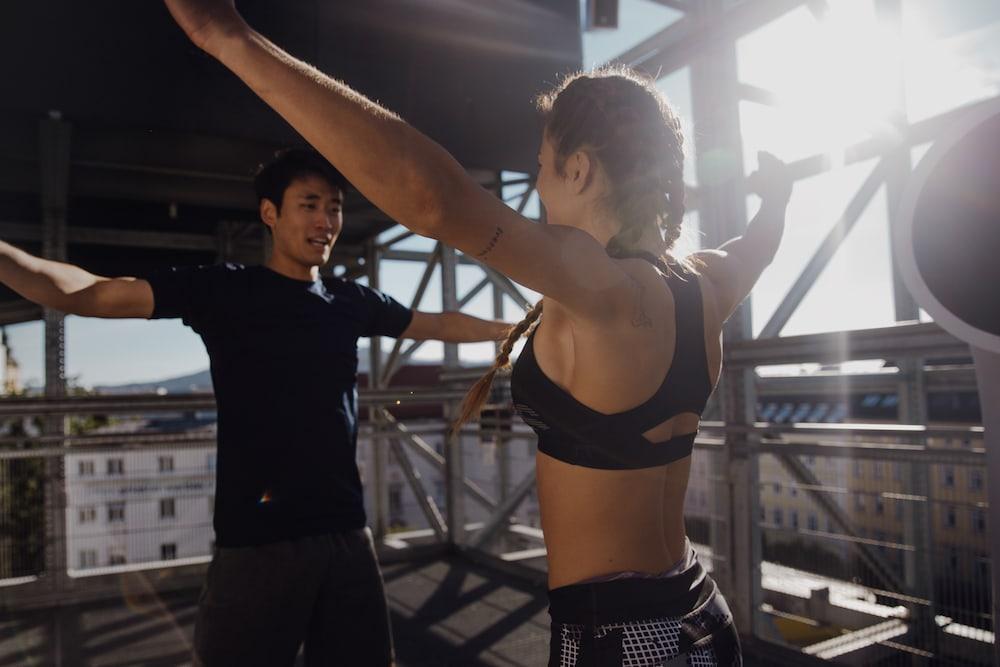 2 personas entrenando al aire libre por la mañana