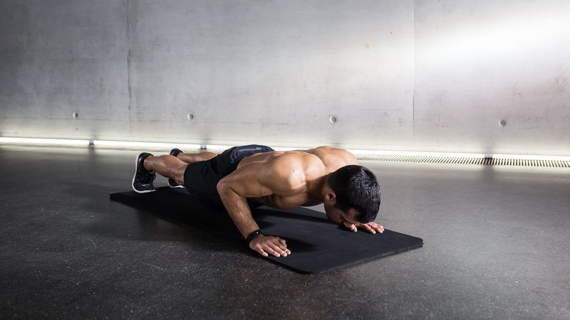 Fitnessathlete doing Push-ups