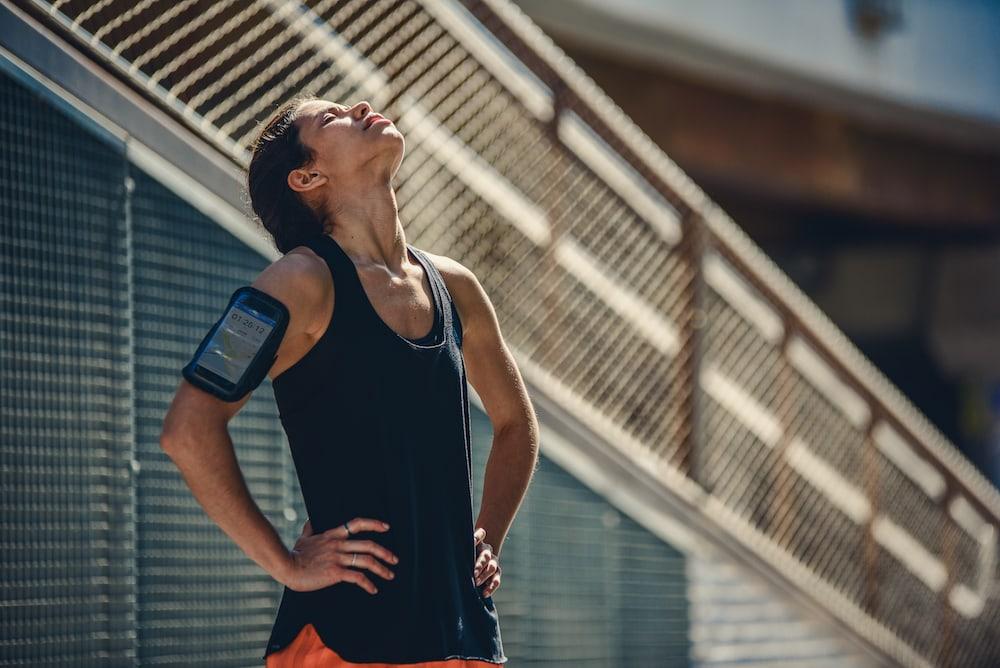 Une femme fait une pause après son entraînement