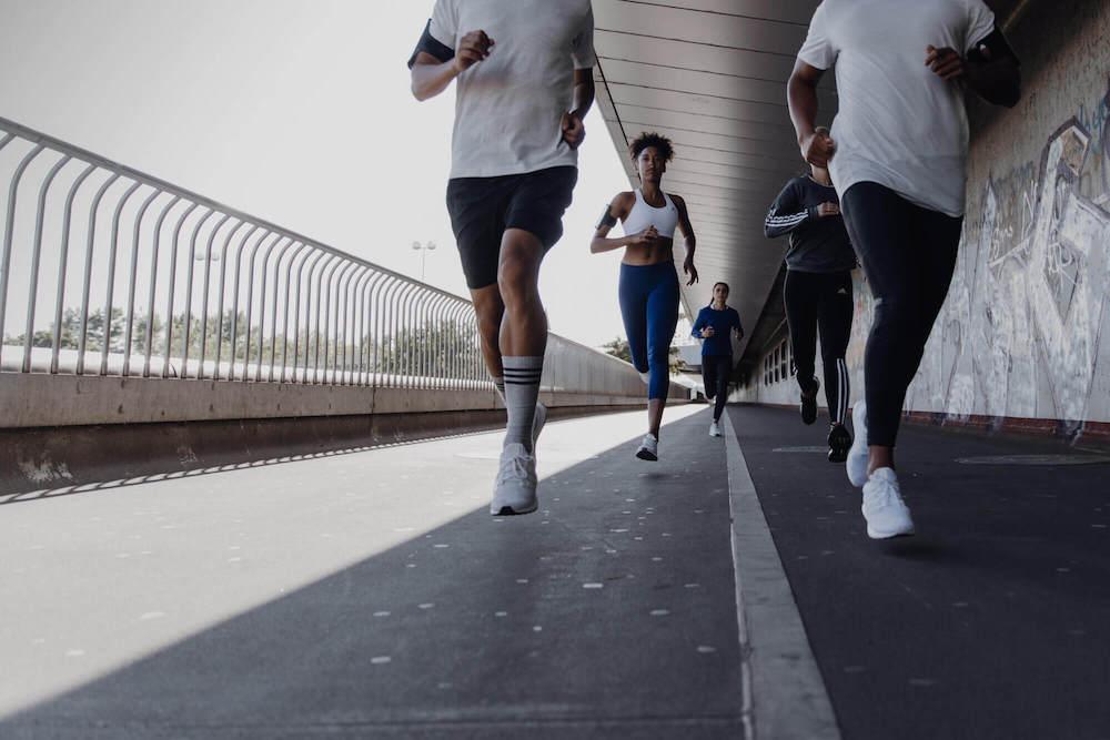 A gruppo di giovani sta andando a correre