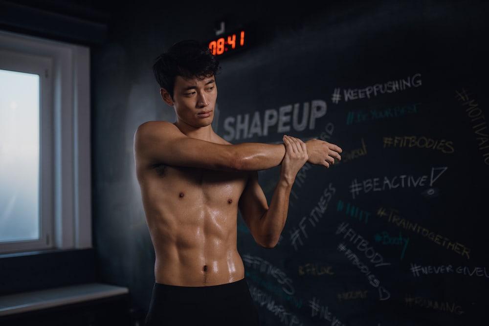 Un hombre sudando después de entrenar