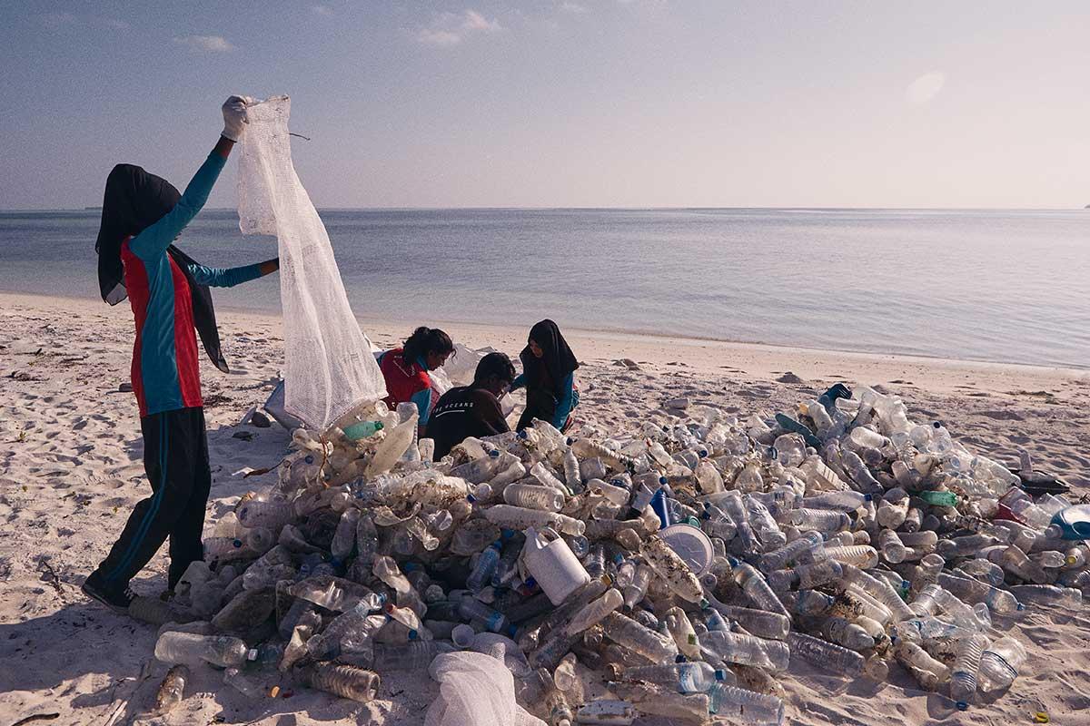 Lotti di bottiglie di plastica su una spiaggia