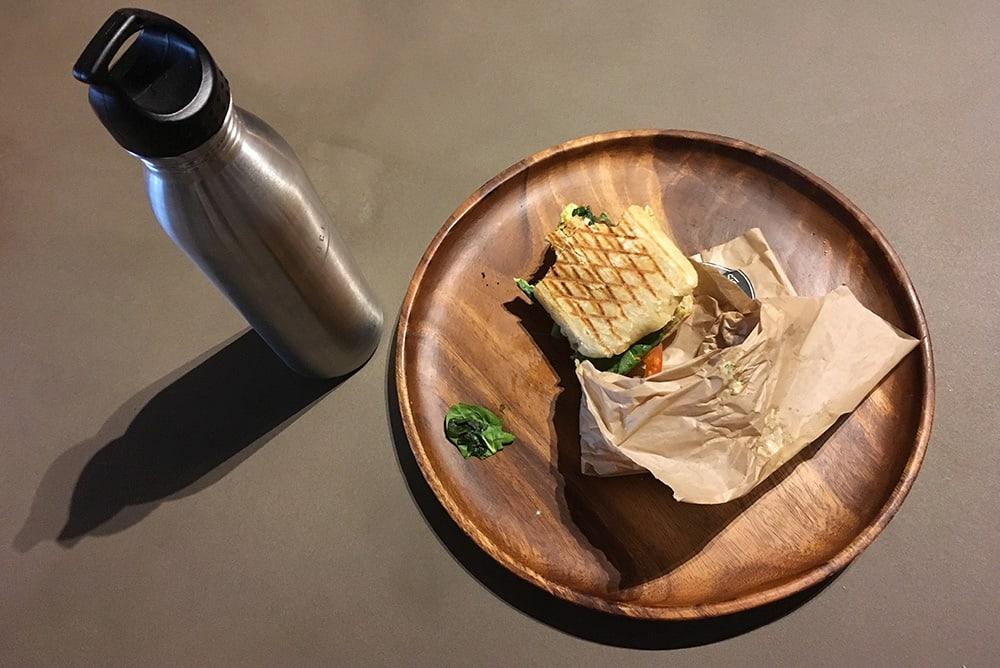 Bottiglia d'acqua in alluminio e un pasto senza plastica
