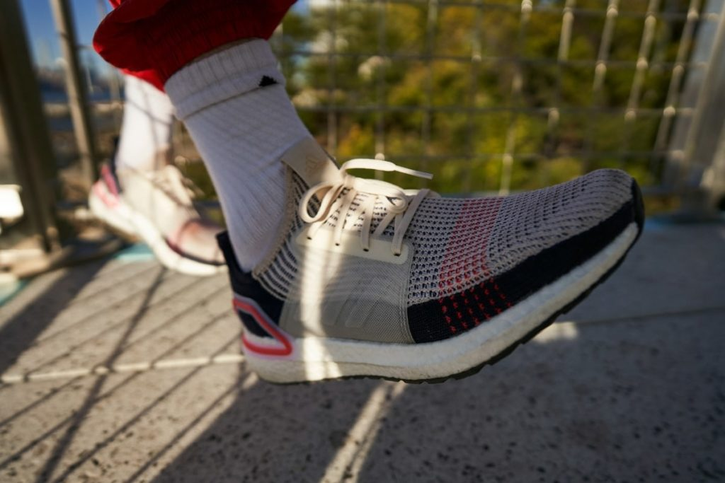 303c88e8c0 Running shoes. Un tee-shirt, un short et une paire de chaussures de running  : voici tout ce dont vous avez besoin pour courir. La course à pied  nécessite ...