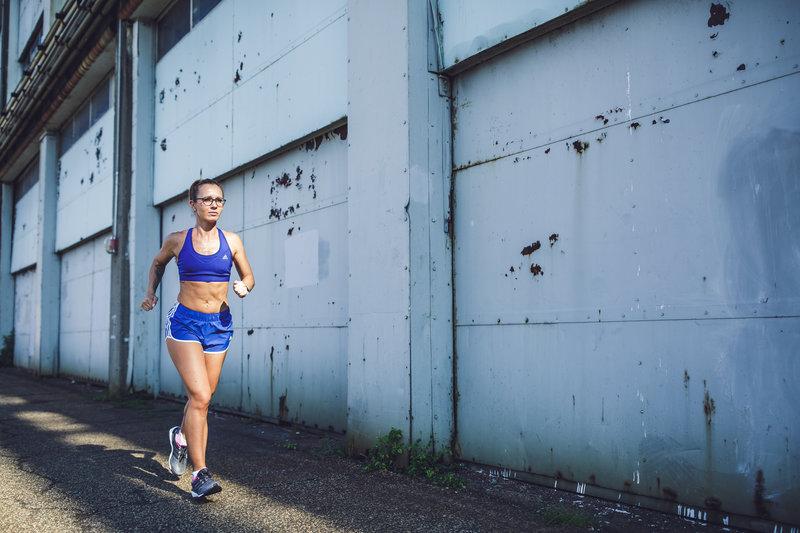 Eine Frau läuft in der Stadt
