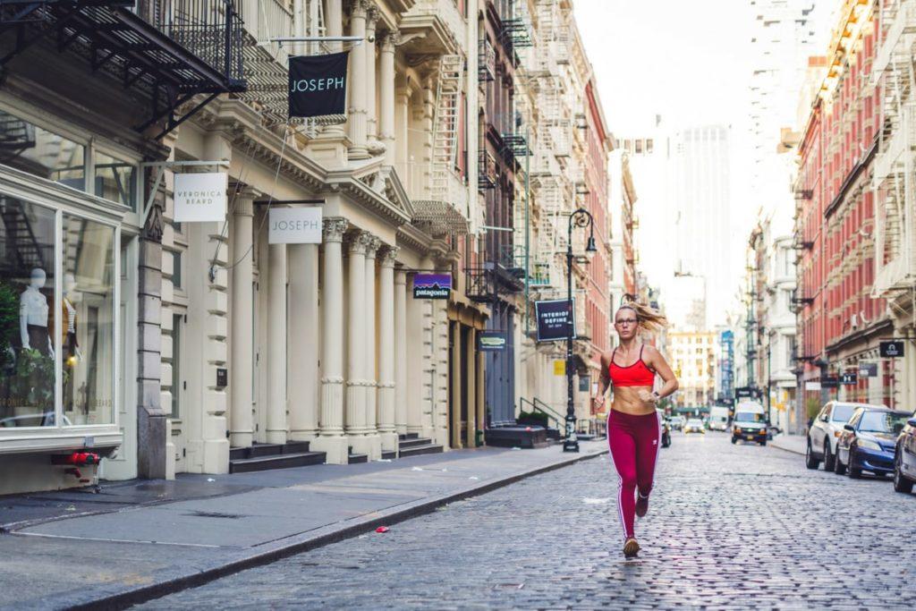 Eine Frau läuft in New York City