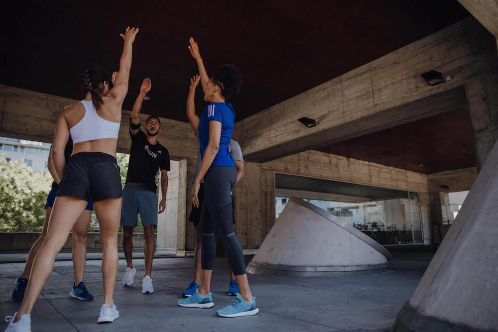 Eine junge Gruppe von Läufern motiviert sich gegenseitig