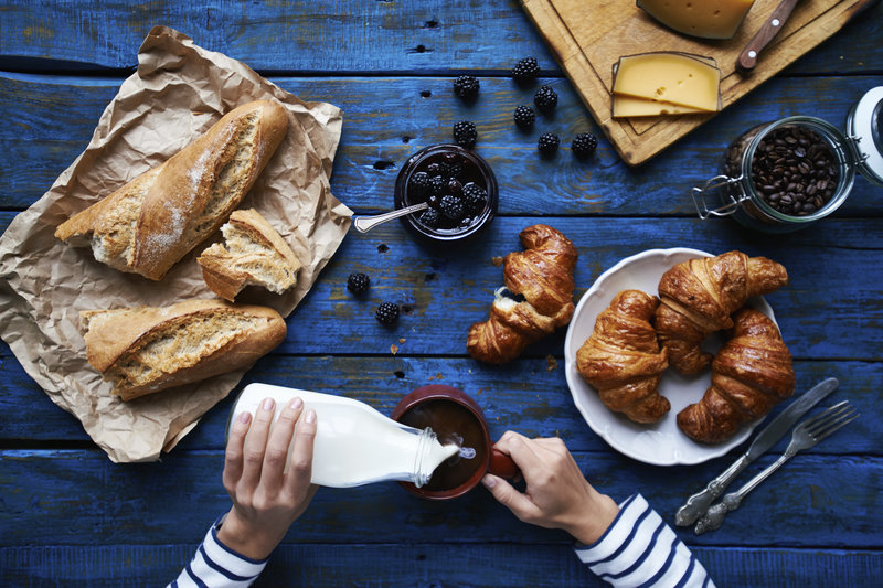 latte e croissant, colazione francese