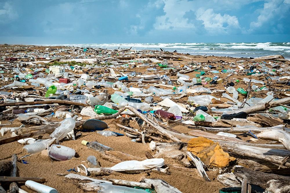 Une plage jonchée de déchets plastiques