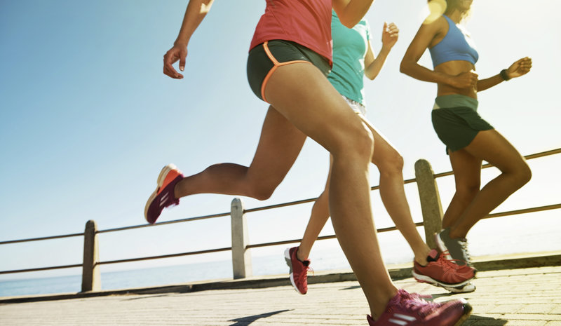 Drei junge, sportliche Frauen die laufen.