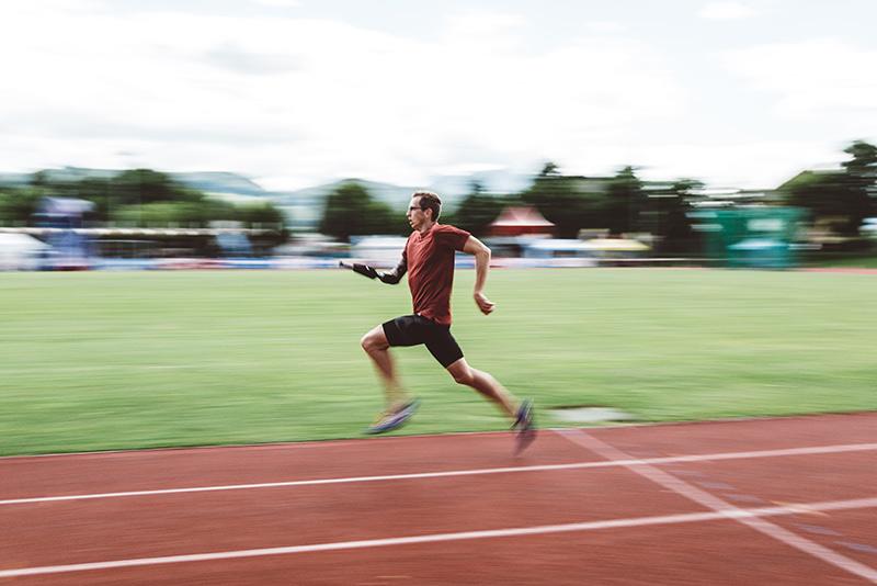 Ein Mann läuft am Lauffeld