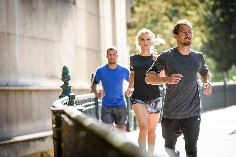 Eine Gruppe von Menschen beim Laufen